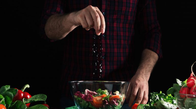 Adicionando sal a uma salada
