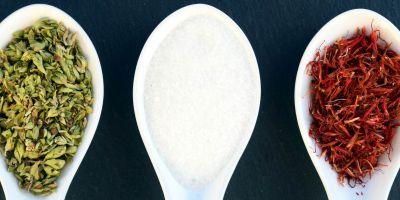 Colheres cerâmicas com sal e especiarias