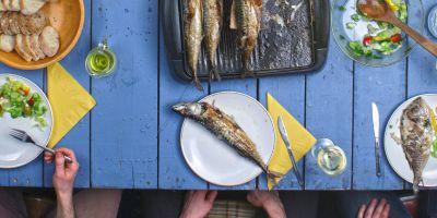 À mesa, o convívio e a comunicação ocorrem num ambiente descontraído e sereno e o sabor das receitas é passado de geração em geração.