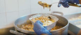 Preparação de refeições na cozinha do CASA